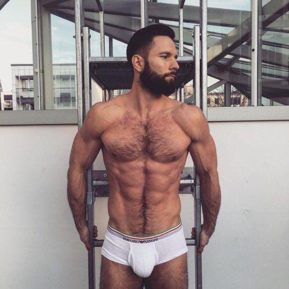 fe676b1f79b47c7afb357cd8deb8708a--athletic-body-white-pants